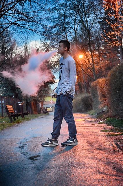 Mand ryger ecigaret